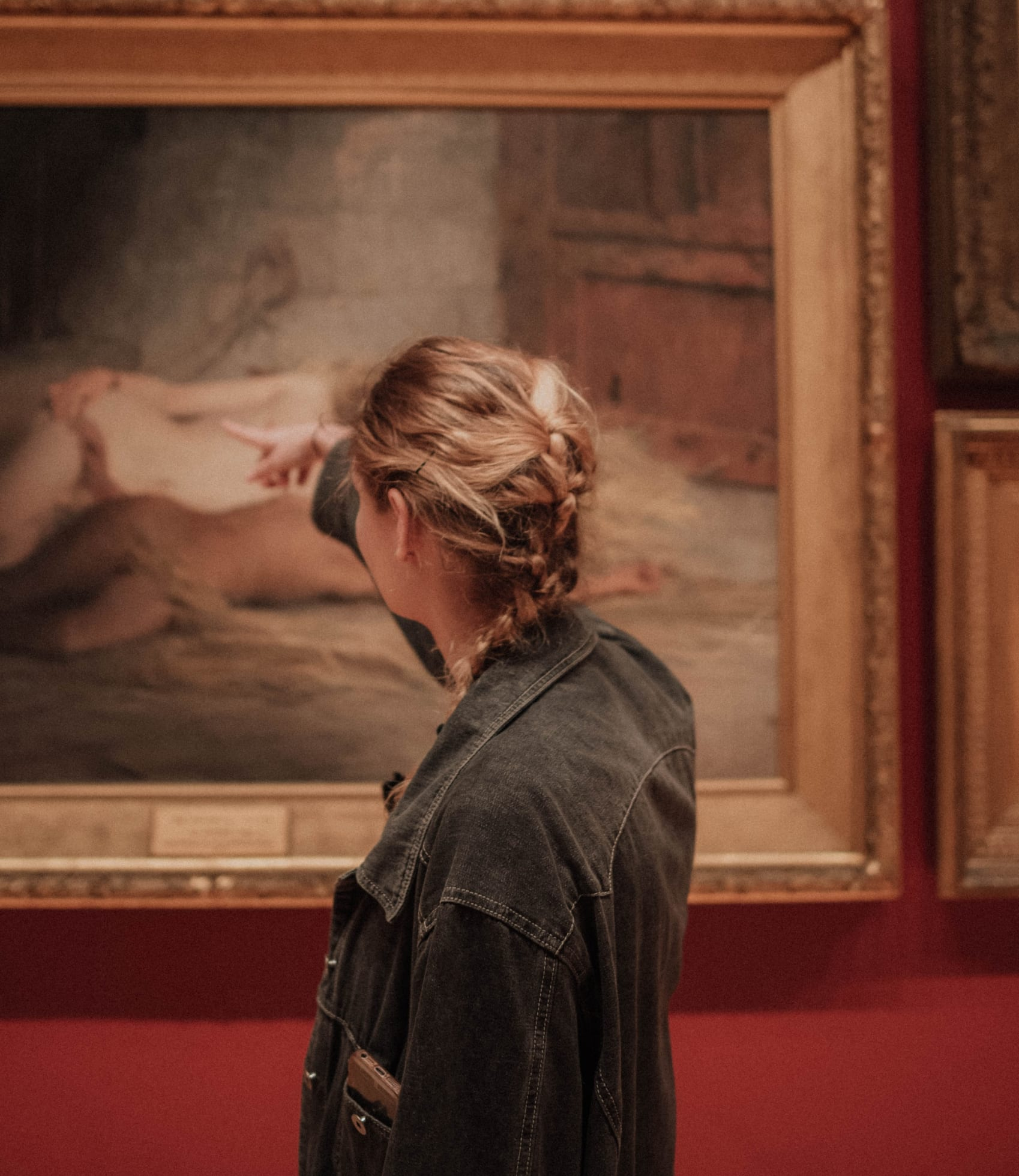 photo d'une femme dans un musée